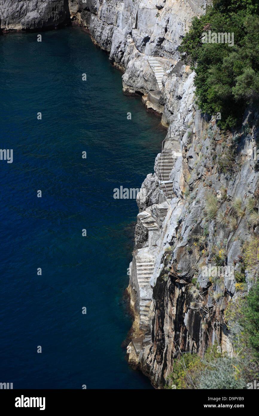 Escaliers à la plage de Praiano, sur la côte amalfitaine, Campanie, Italie Photo Stock
