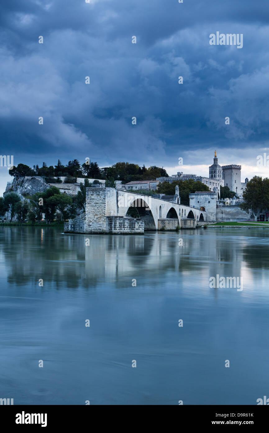 Le Pont St-Bénézet, Palais des Papes et le Rhône, au crépuscule, en Avignon, Provence, France Photo Stock