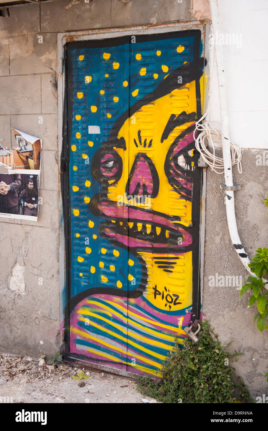 Israël Vieux Jaffa Yafo alley backstreet graffiti par PIOZ jaune à rayures fantaisie homme cavalier bleu jaune mauve Banque D'Images