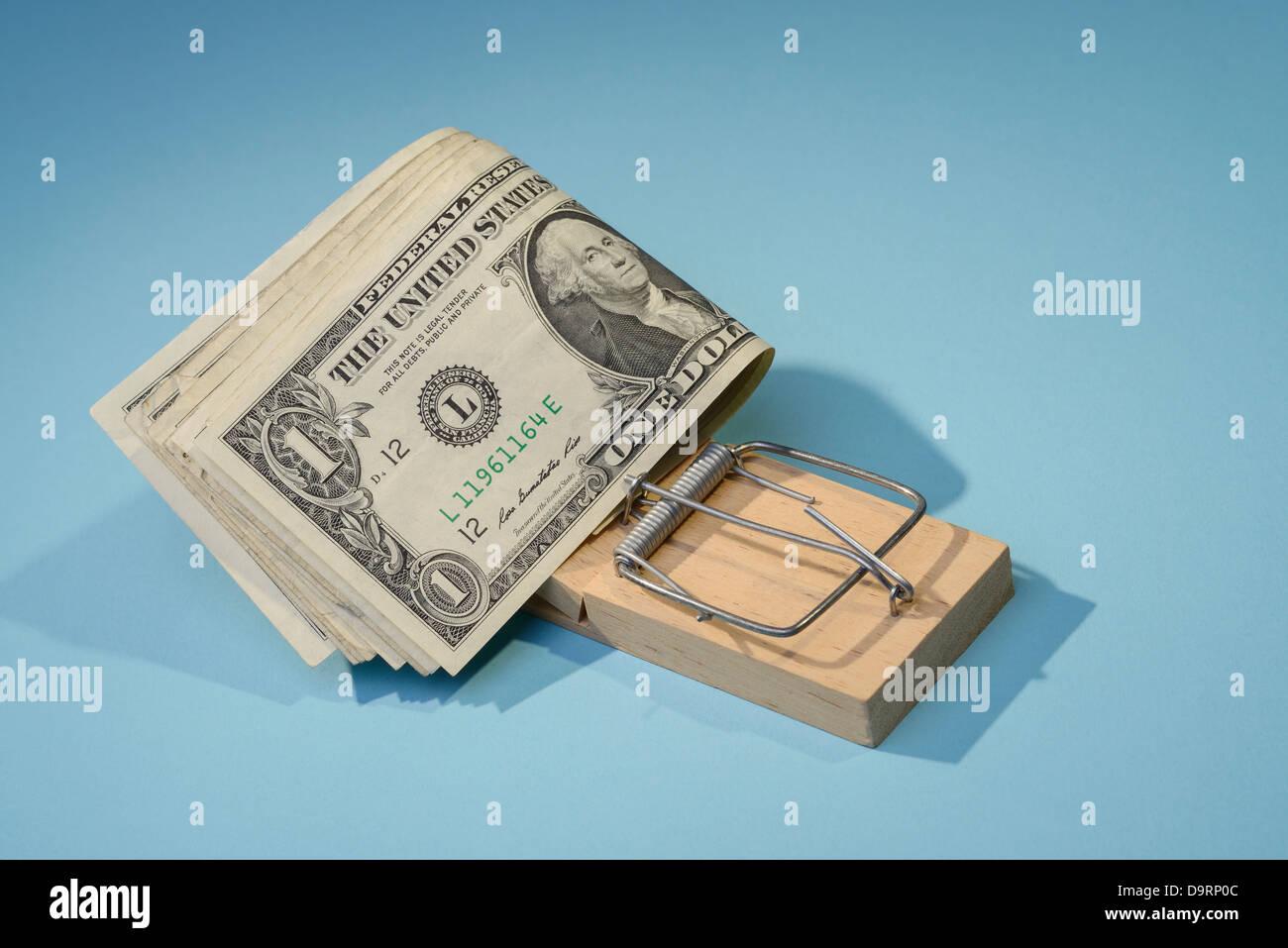 Billets d'un dollar dans une souricière Photo Stock