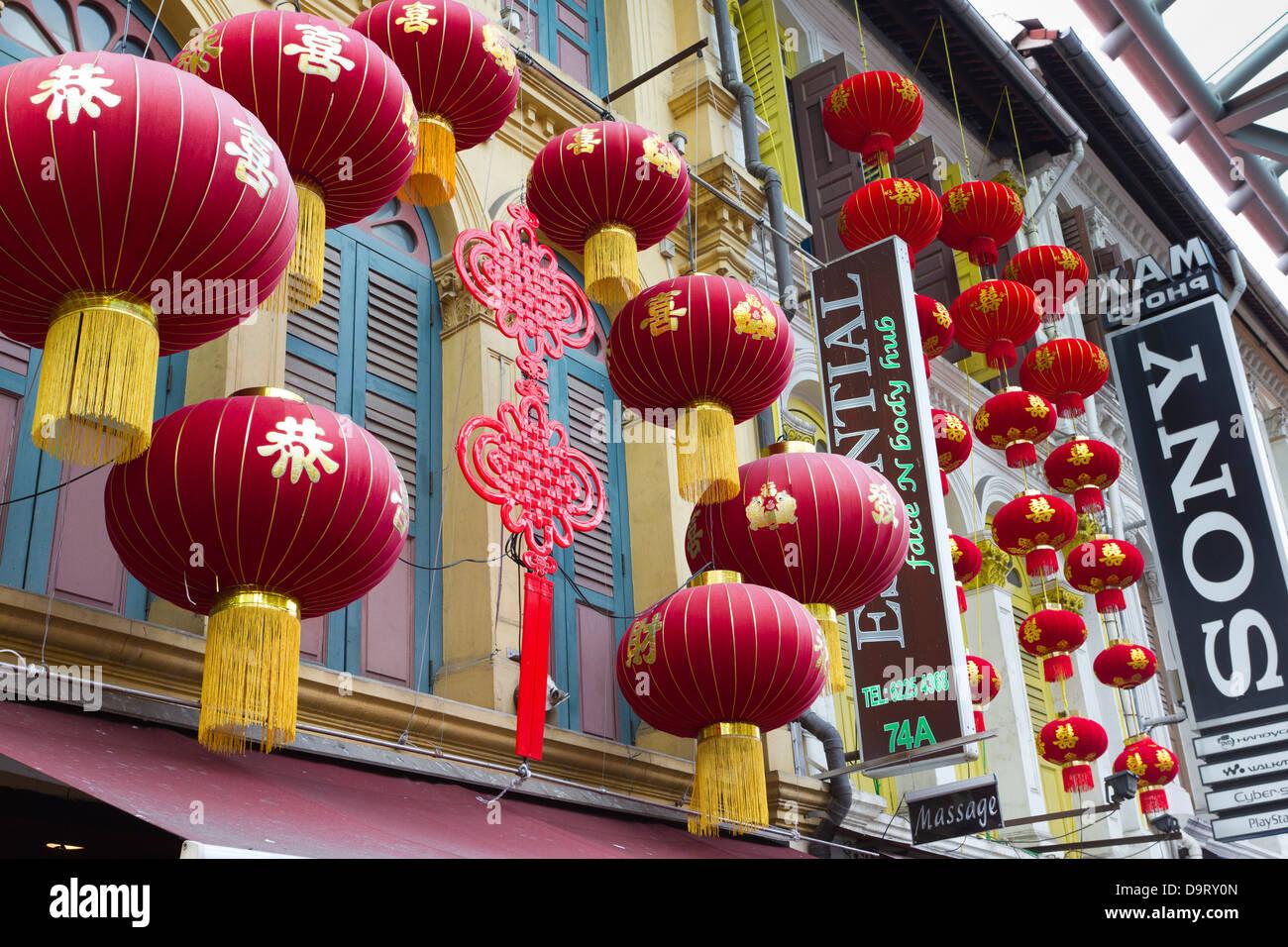 Lanternes chinoises rouge accroché à l'extérieur des usines, Chinatown, Singapour, Asie Photo Stock