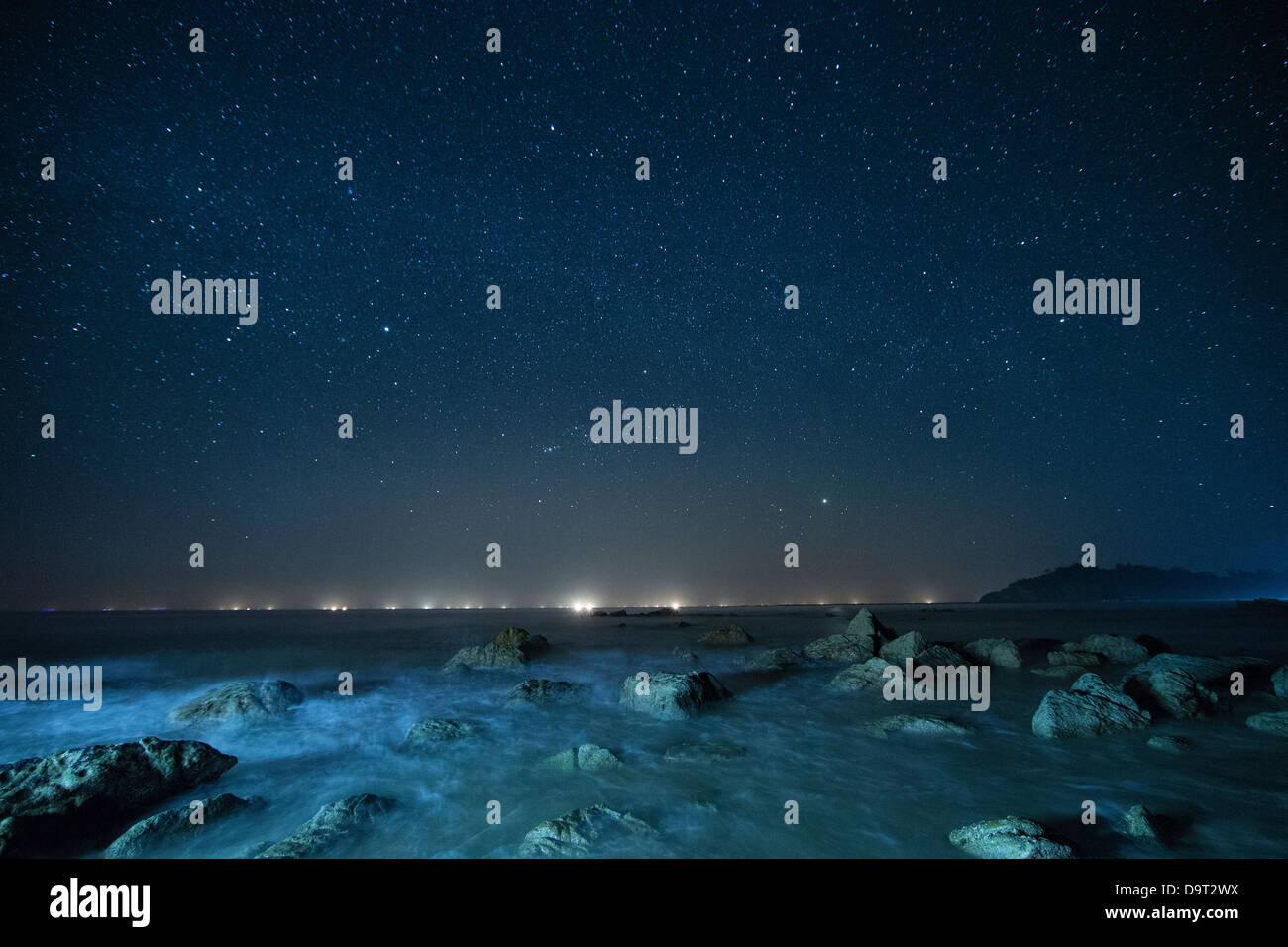 Le ciel de nuit sur la baie du Bengale, à la plage de Ngapali, Rakhine, Myanmar (Birmanie) Photo Stock