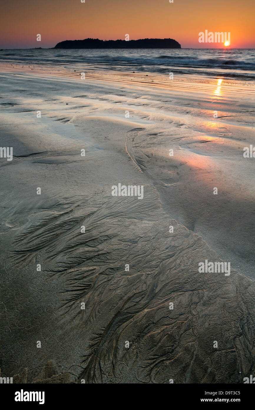 Des modèles dans le sable sur la plage de Ngapali au crépuscule, Rakhine, Myanmar (Birmanie) Photo Stock