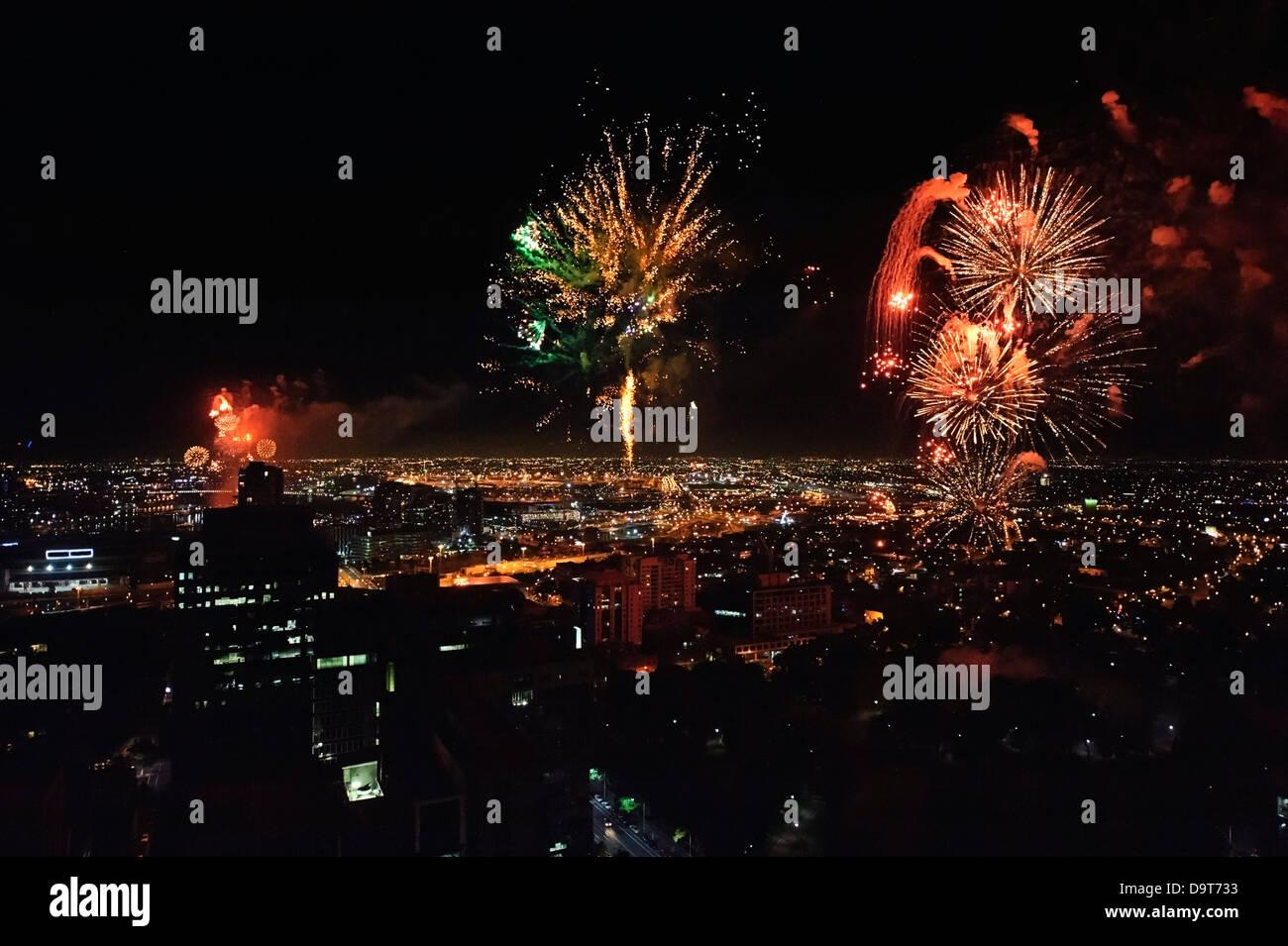 D'artifice spectaculaires photographié d'en haut un gratte-ciel illuminent le ciel plus de Melbourne Photo Stock