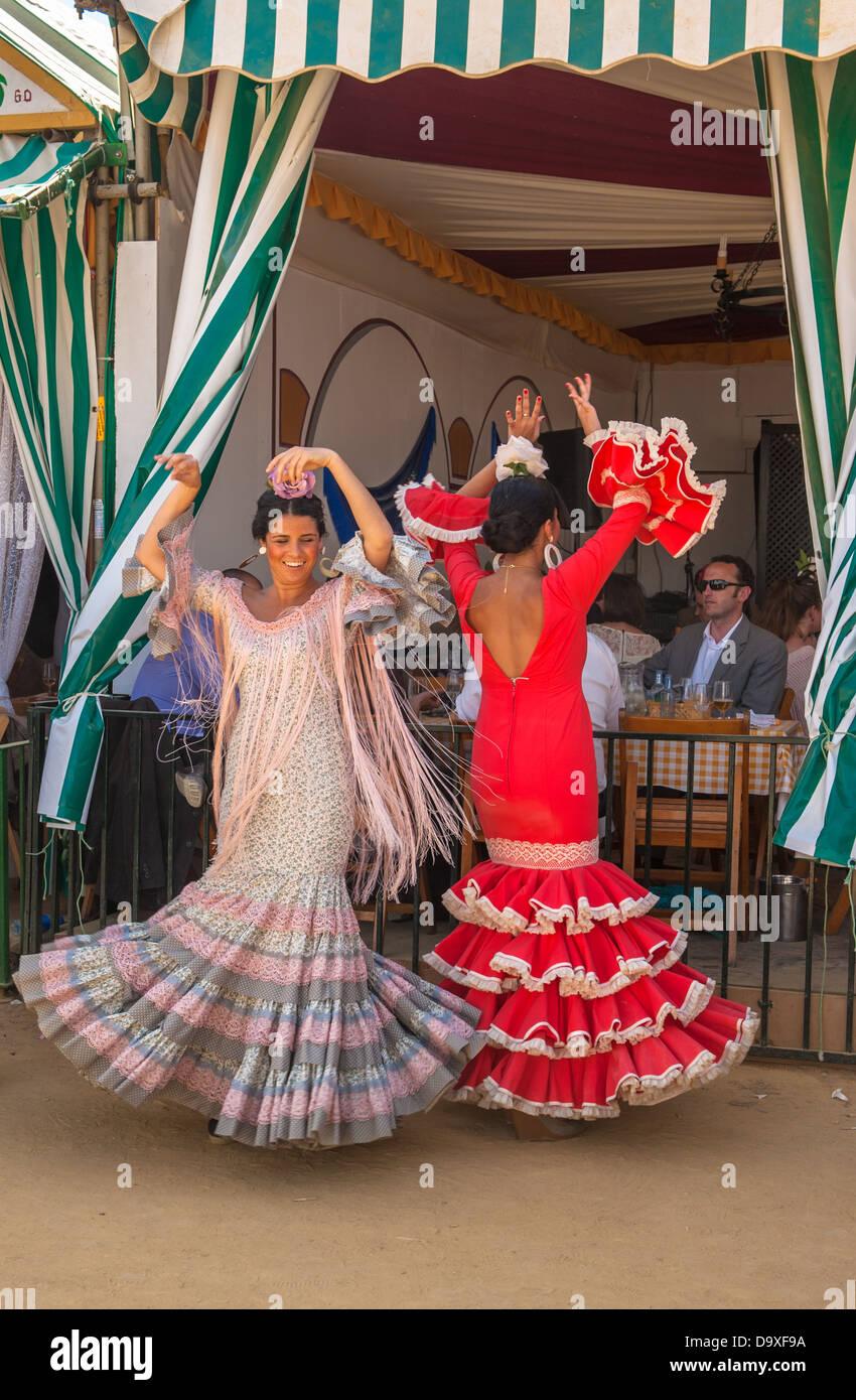 Séville, ESPAGNE - Avril 25: Les femmes qui exécutent la danse sévillane à la foire d'Avril Photo Stock