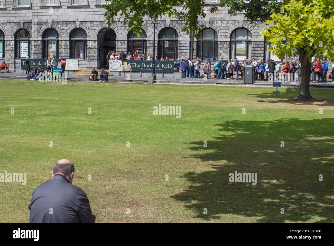 Les gens de la file d'attente pour voir le Livre de Kells, Trinity College, Dublin, Irlande. Banque D'Images
