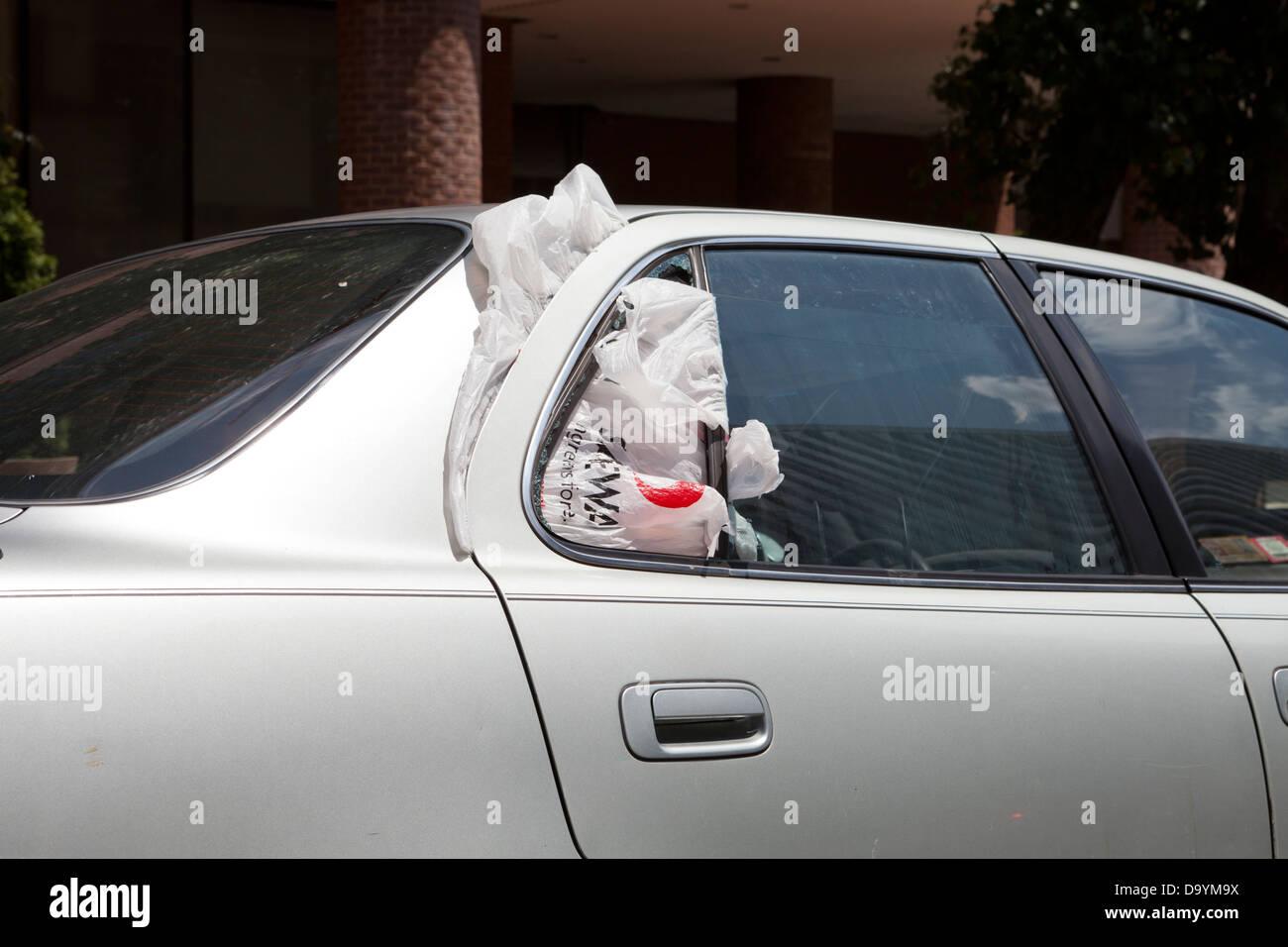 La fenêtre arrière cassée d'une voiture - USA Photo Stock