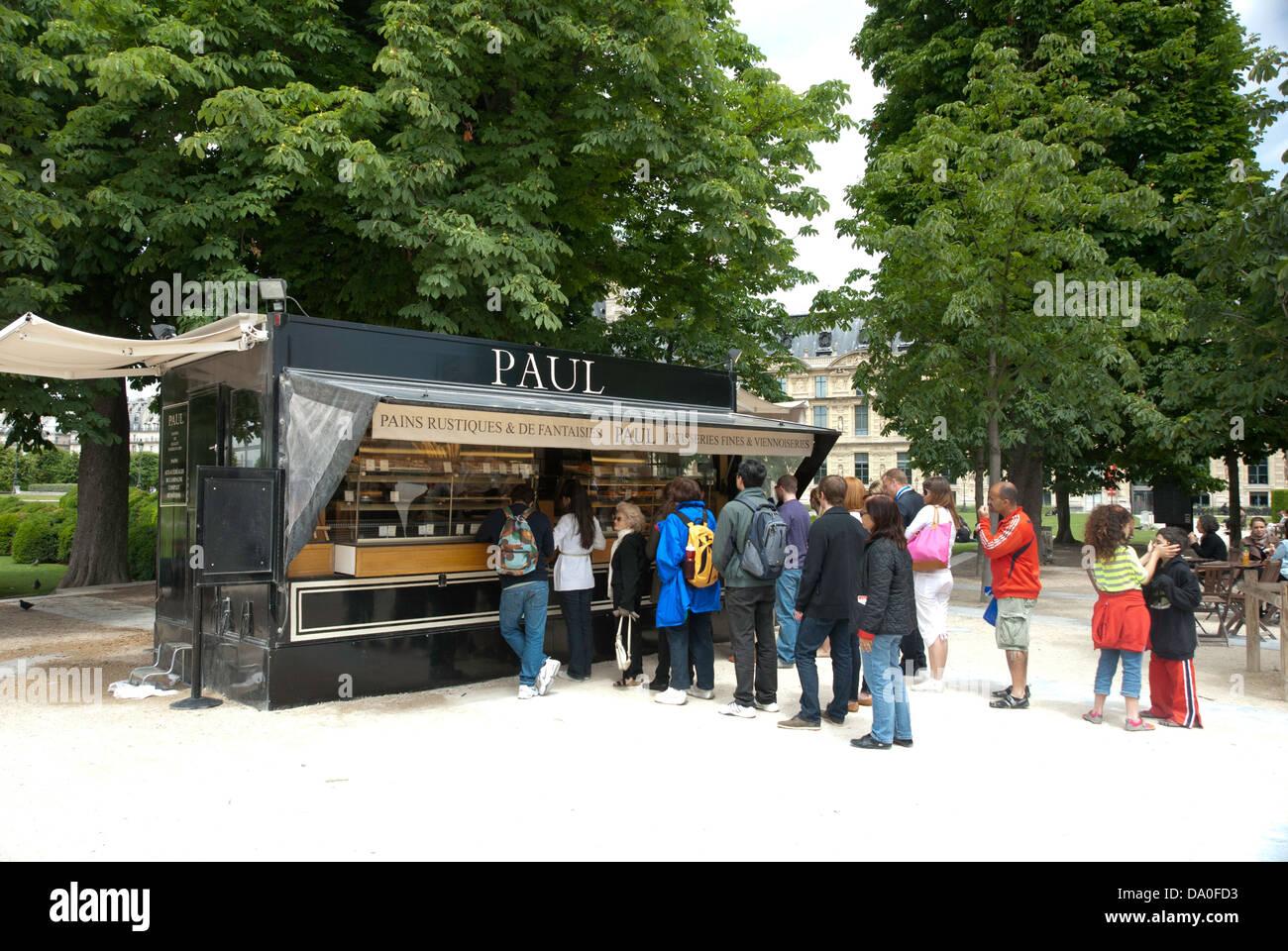 Les clients en attente à un kiosque dans le Jardin des Tuileries ...