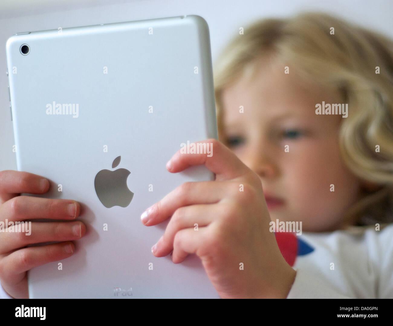 Jeune fille à l'aide d'un iPad mini Photo Stock