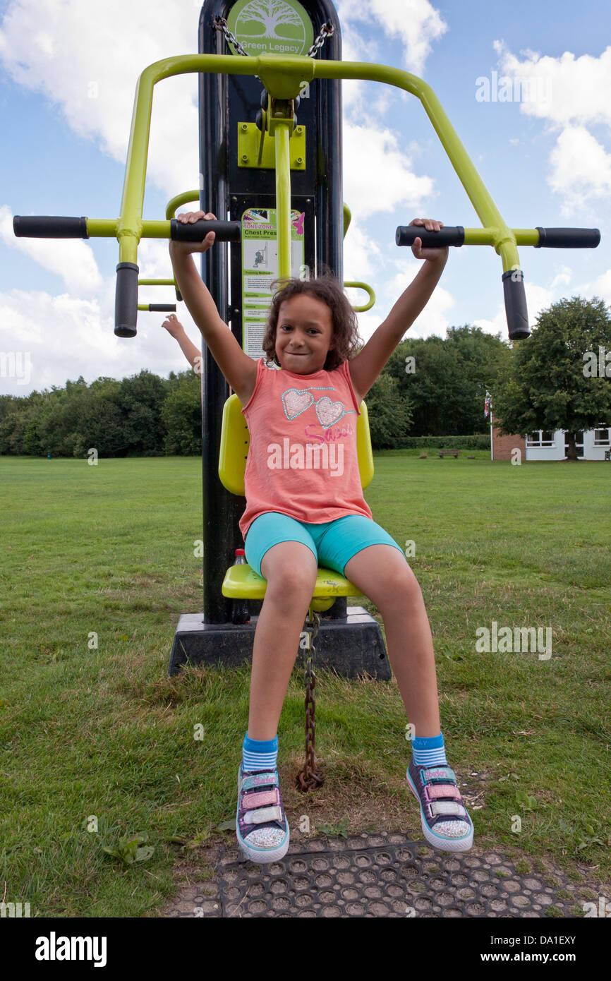 L'exercice à l'enfant une piscine gymnase dans un parc public dans le sud de l'Angleterre. Banque D'Images