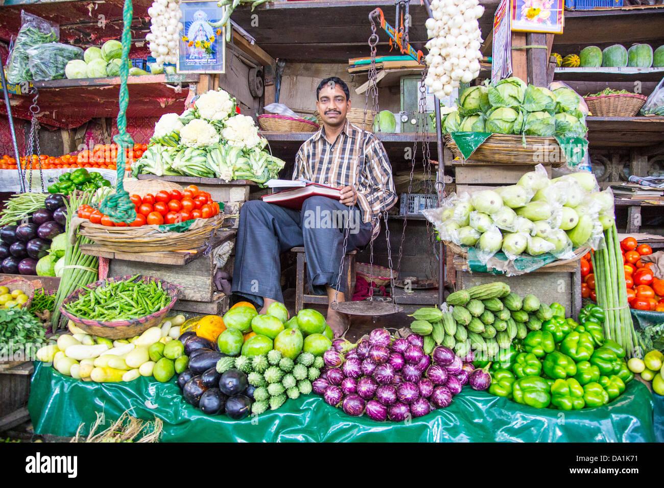 Vendeur de légumes, marché Crawford, Mumbai, Inde Photo Stock