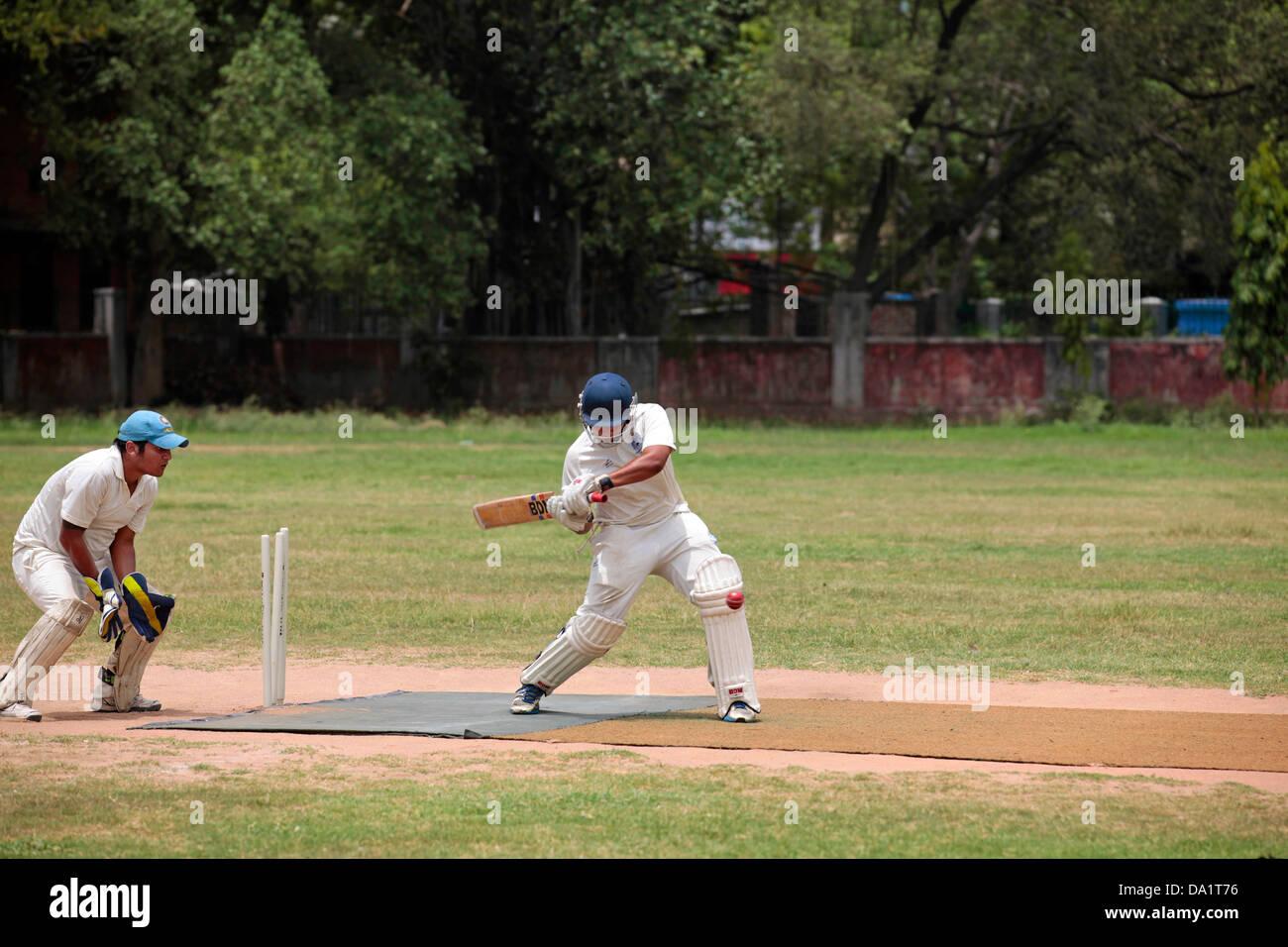 Un Batteur Frappe Le Ballon Pendant Le Match De Cricket Banque D'Images