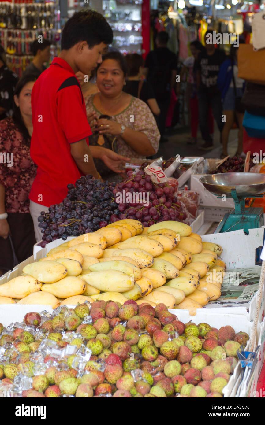 Sur un étal de fruits frais du marché, dans le quartier de Bugis Singapore Banque D'Images