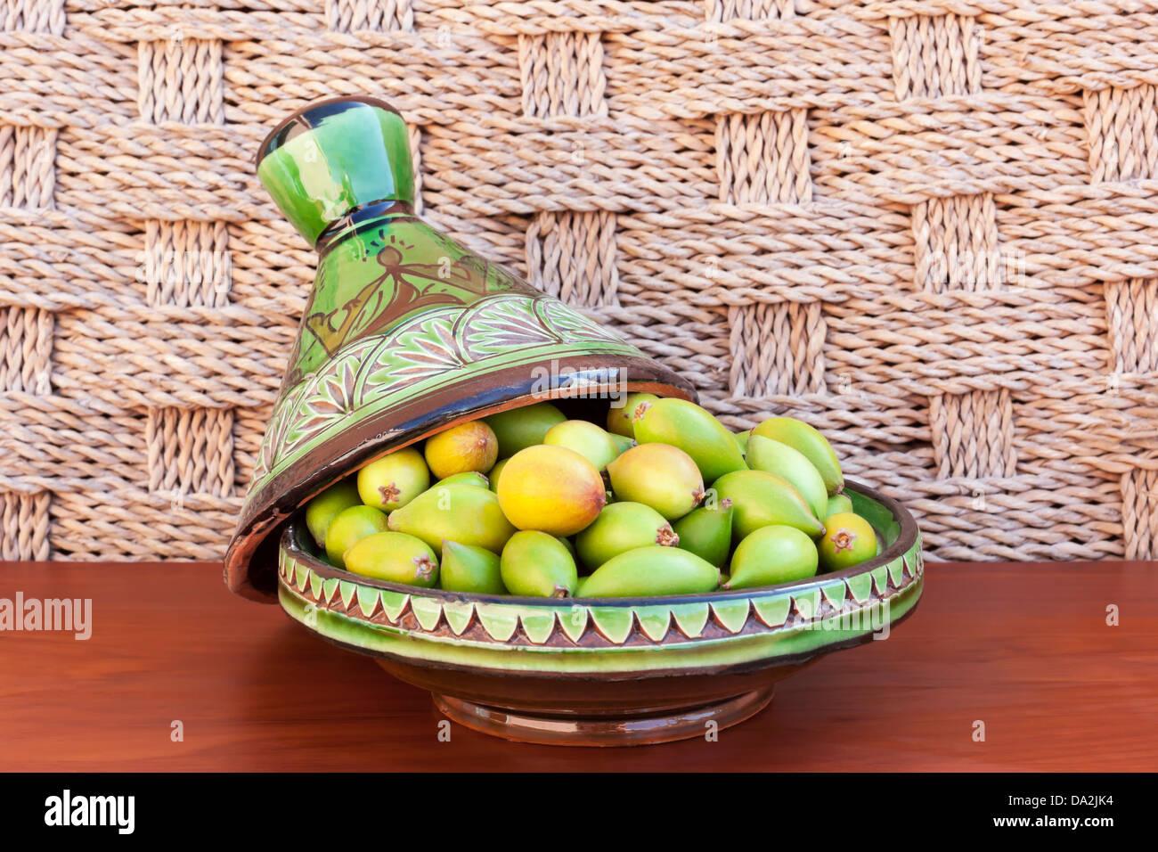 Les noix d'argan dans une plaque verte. Banque D'Images