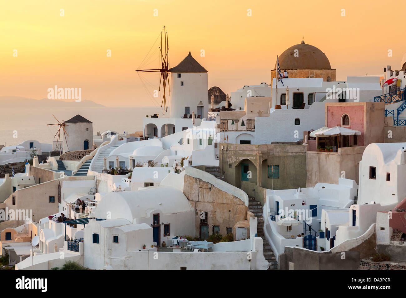 Coucher du soleil sur des maisons et villas à Oia Santorini Grèce Photo Stock