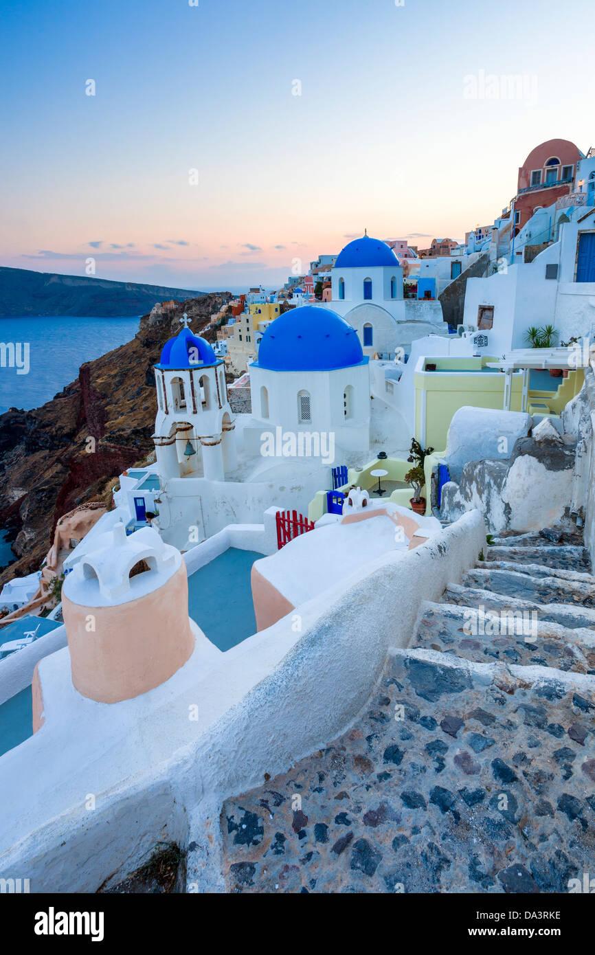 Crépuscule sur églises au dôme bleu à Oia Santorini Grèce Photo Stock
