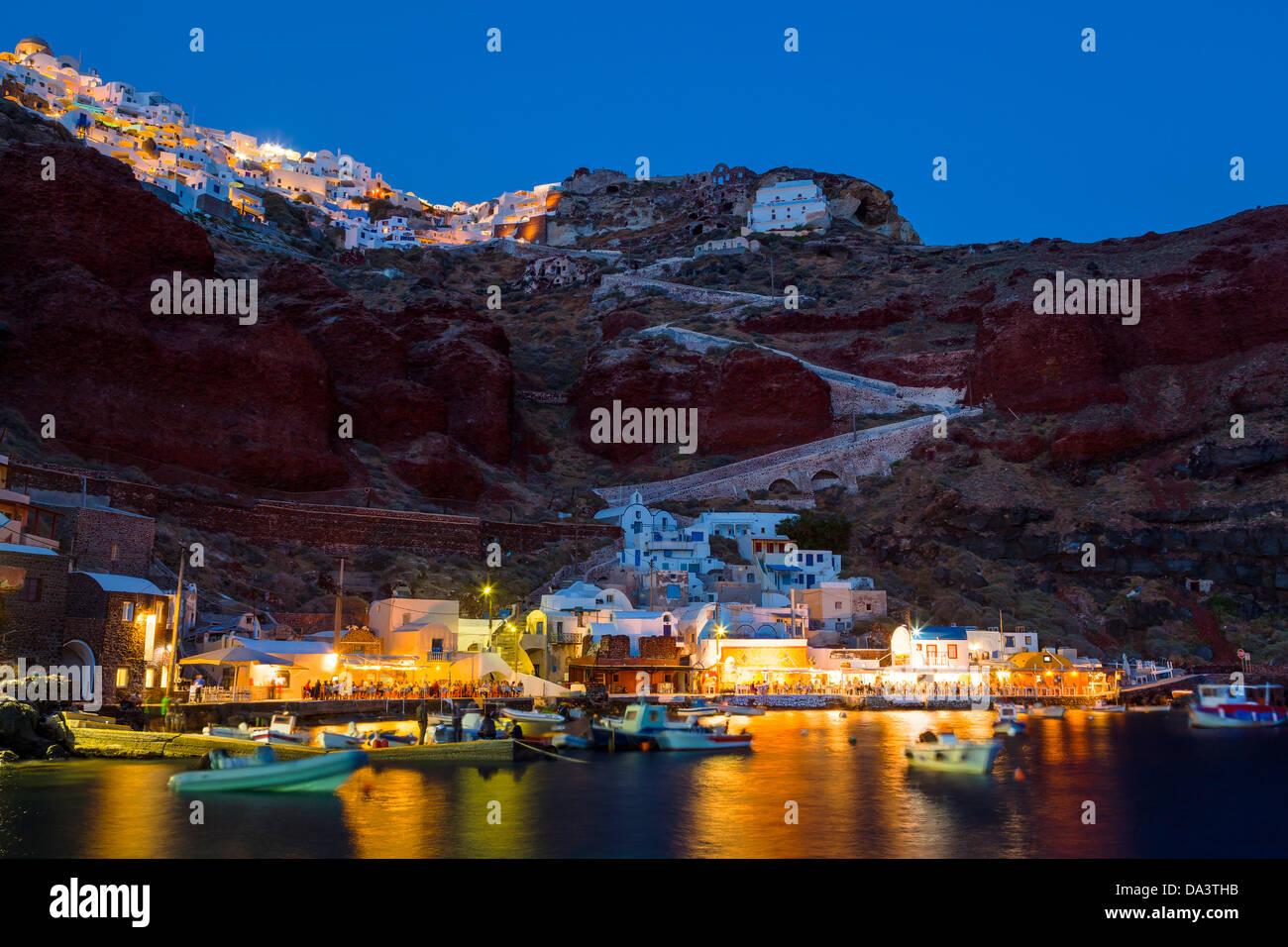 Photo de nuit de la Baie d'Ammoudi à Oia Santorini Grèce ci-dessus. Photo Stock