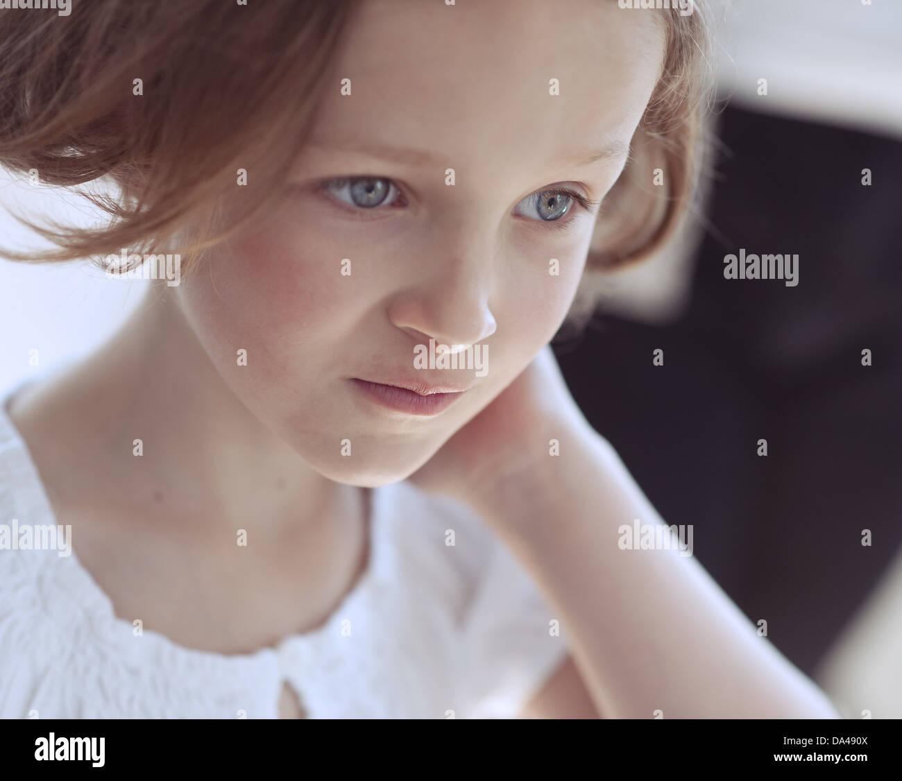Close-up portrait of young girl looking away à partir de l'appareil photo Banque D'Images