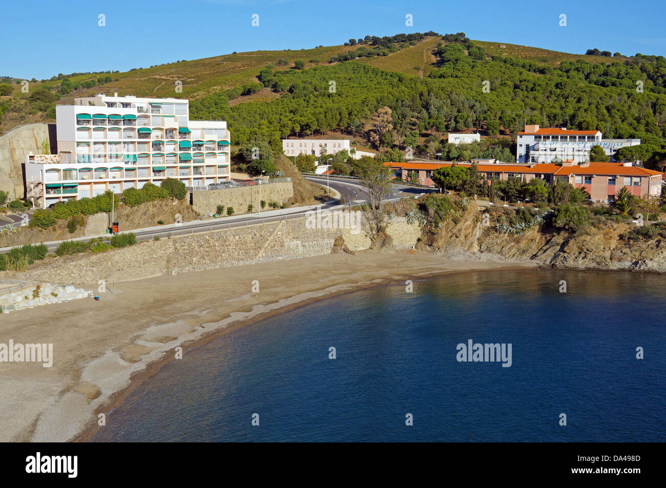 Calme plage méditerranéenne avec immeuble à Banyuls sur Mer, côte Vermeille, Roussillon, France Photo Stock