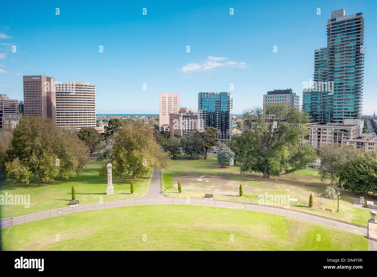 Le centre-ville de l'Albert Park, Melbourne et de Port Philip Bay dans la distance de Kings Domain. Banque D'Images