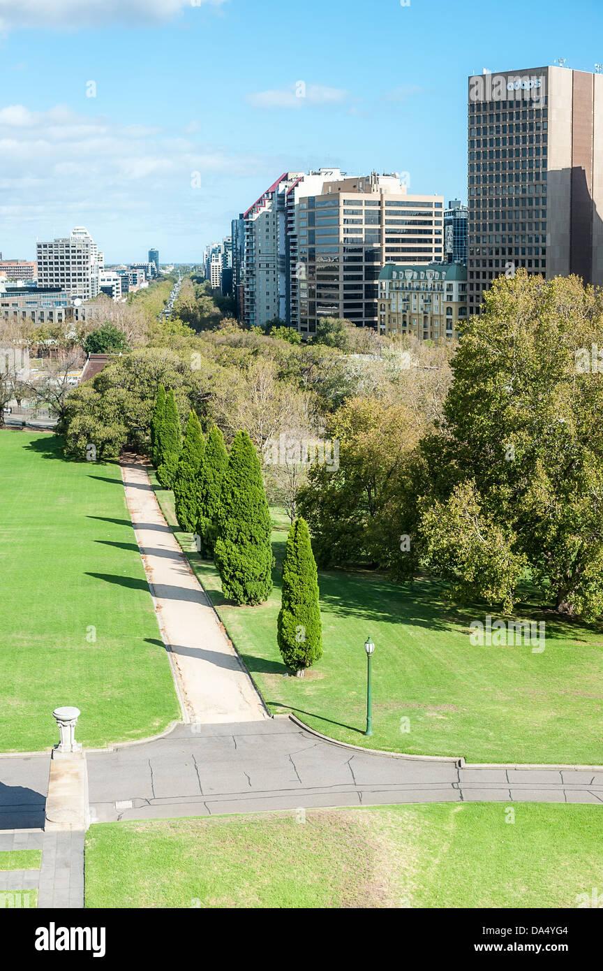 En regardant vers le sud le long de St Kilda Rd centre-ville de Melbourne du domaine des rois. Banque D'Images