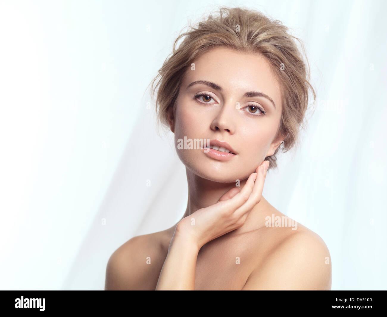 Portrait of a young woman face détendue avec les produits de maquillage et coiffure contemporaine propre au Photo Stock