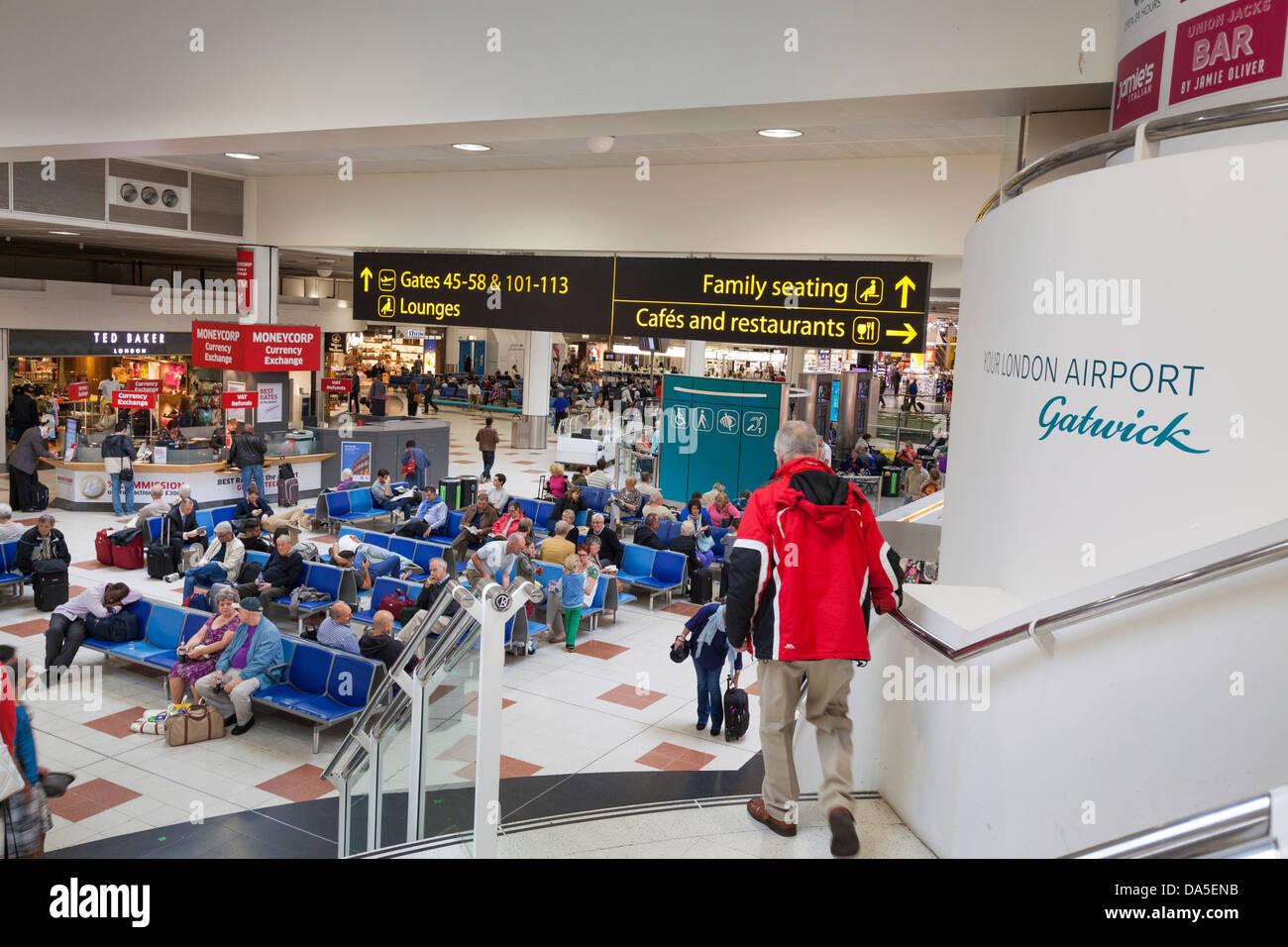 Gatwick airport departure lounge et des panneaux de direction. Photo Stock