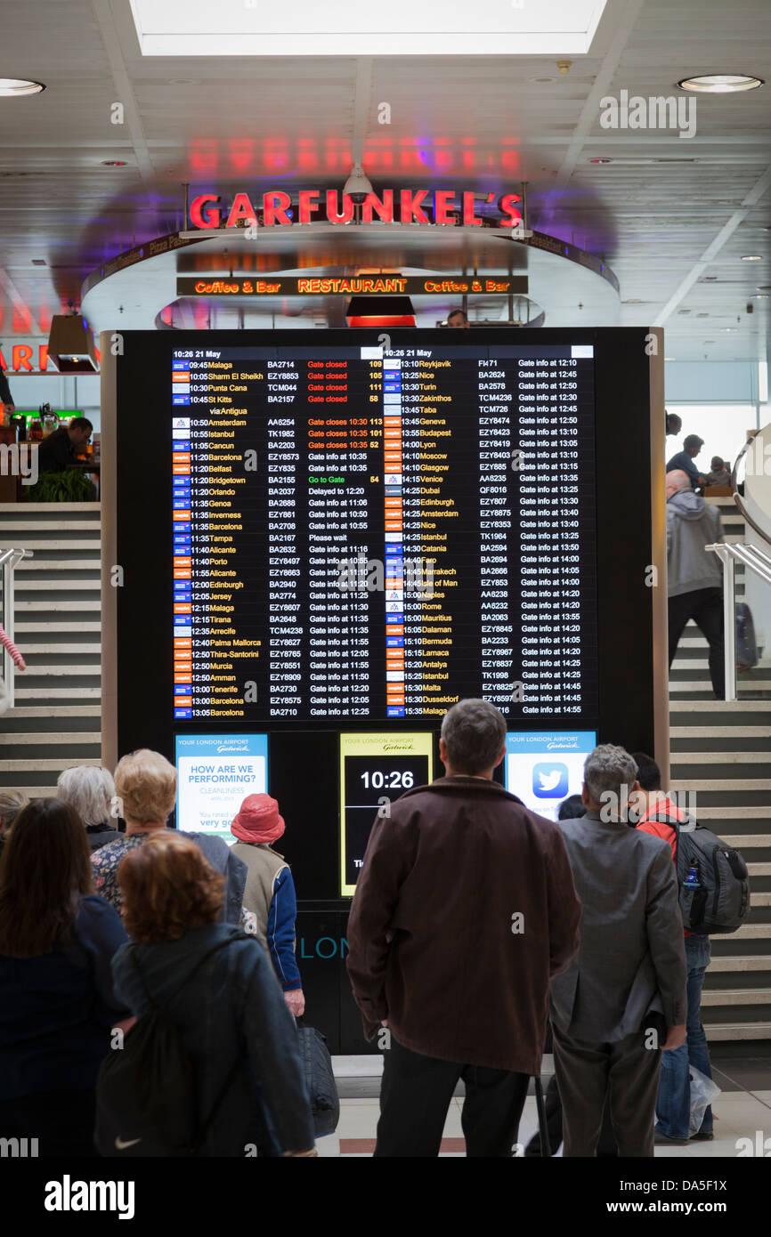 Contrôle des passagers du départ à l'aéroport de Gatwick. Photo Stock