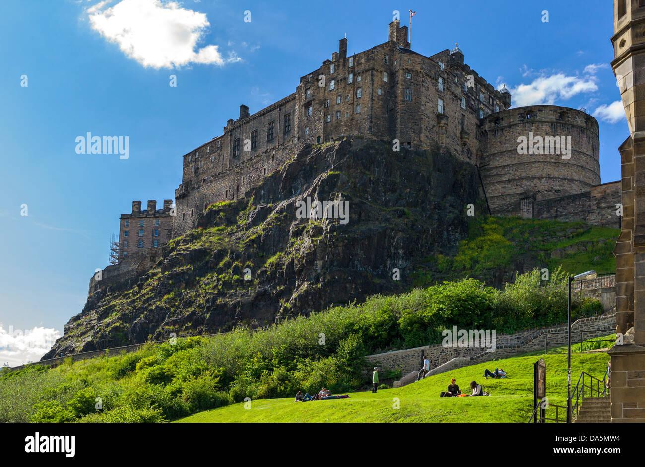 L'Europe la Grande-Bretagne, l'Écosse, Édimbourg, le château vu du Grassmarket. Photo Stock
