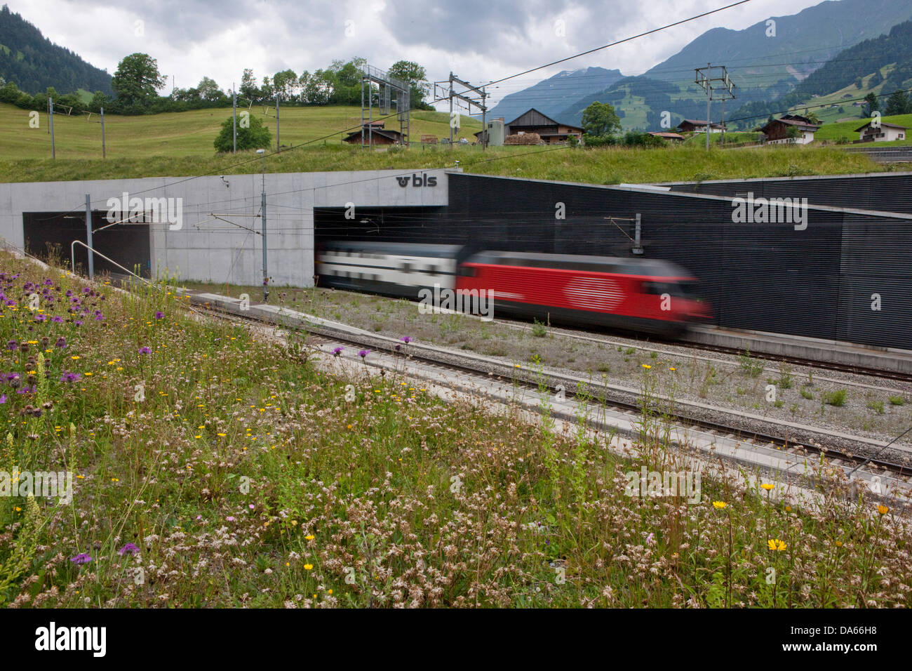 Tunnel, tunnel de base, l'entrée principale, Frutigen, Oberland Bernois, route, chemin de fer, train, chemin Photo Stock