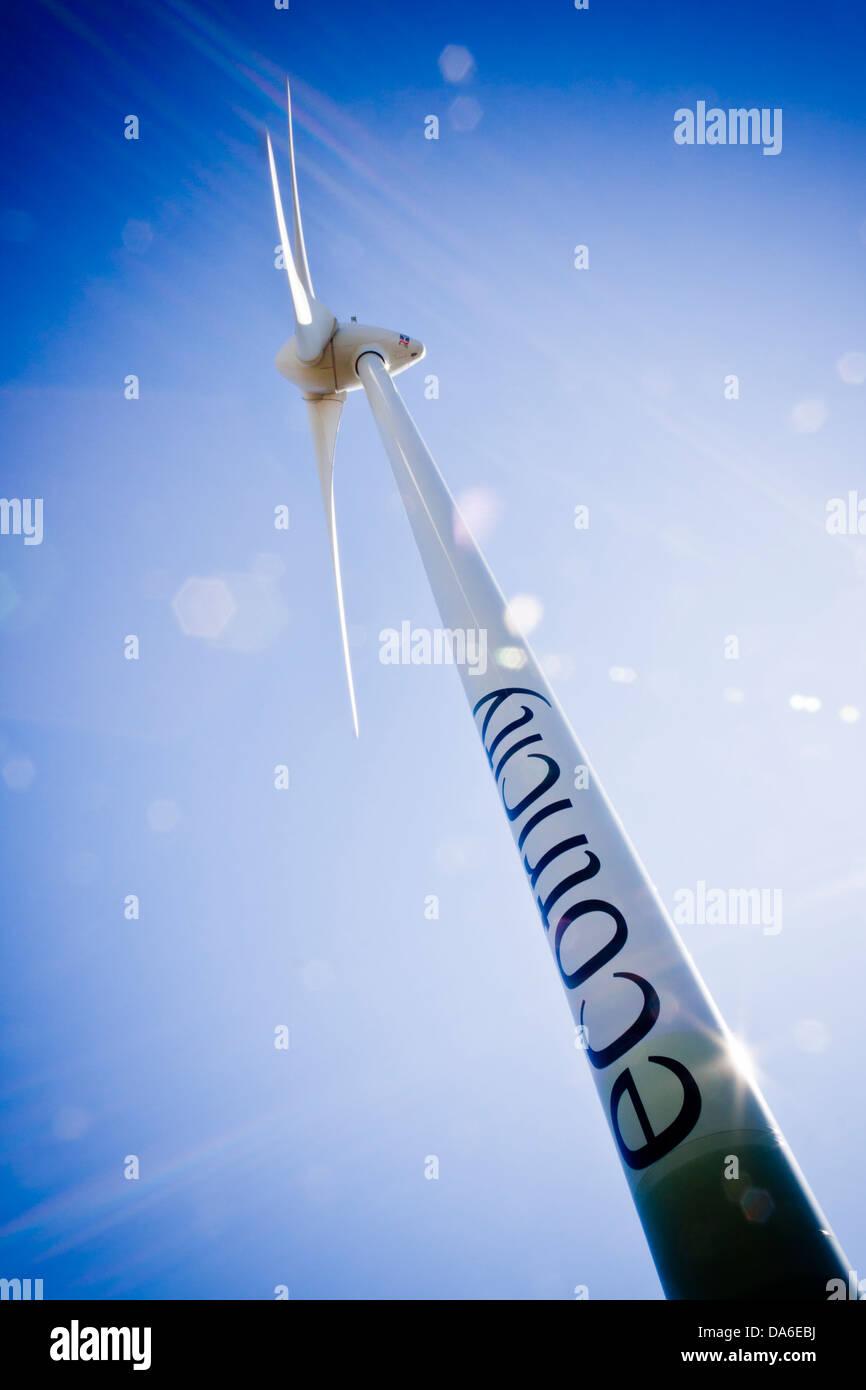 Éolienne à Green Park à Reading, Berkshire, England, GB, au Royaume-Uni. Les lames en rotation, angle extrême, des reflets. Banque D'Images