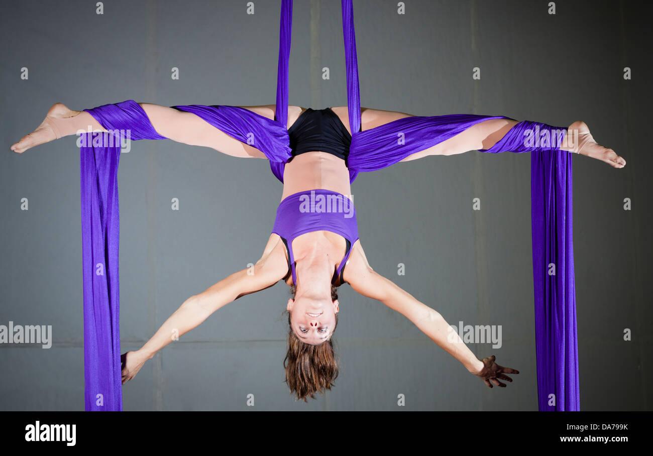 Des exercices aériens gymnast Photo Stock