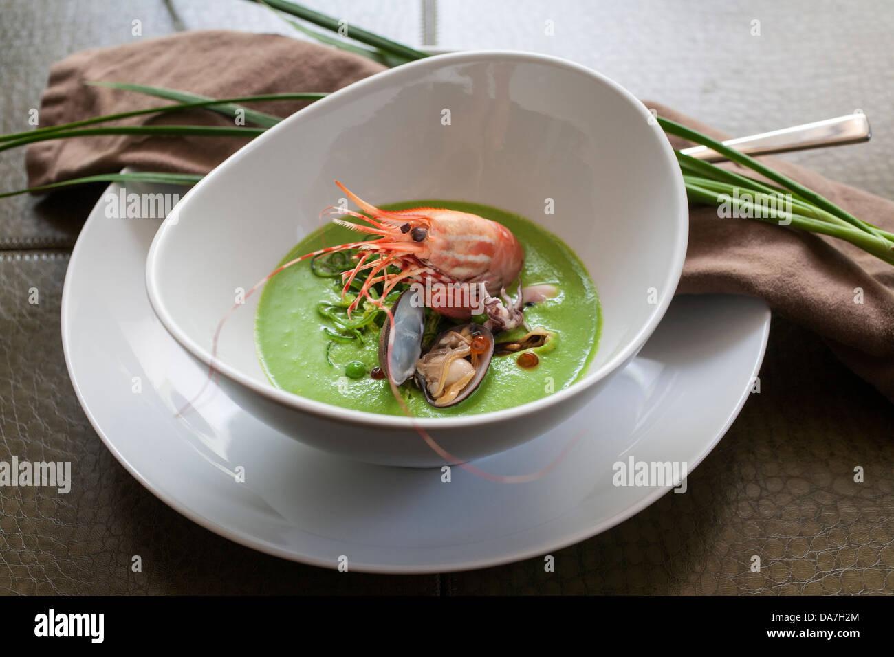 Plat de fruits de mer crevettes dans un bol de soupe de crevettes Photo Stock