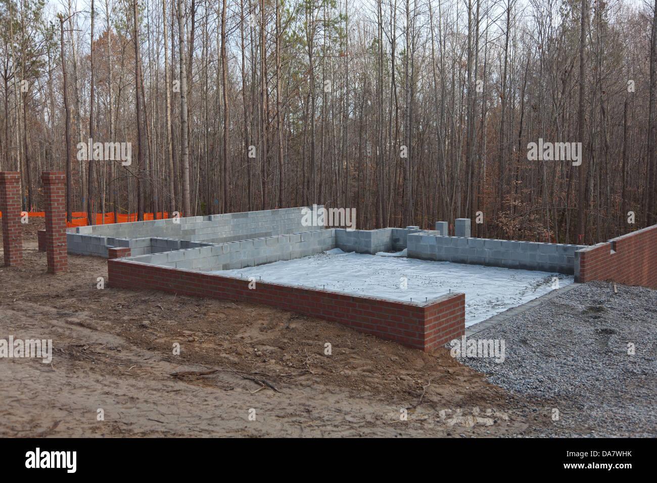 Nouvelle maison en construction avec vide sanitaire, murs en brique ...