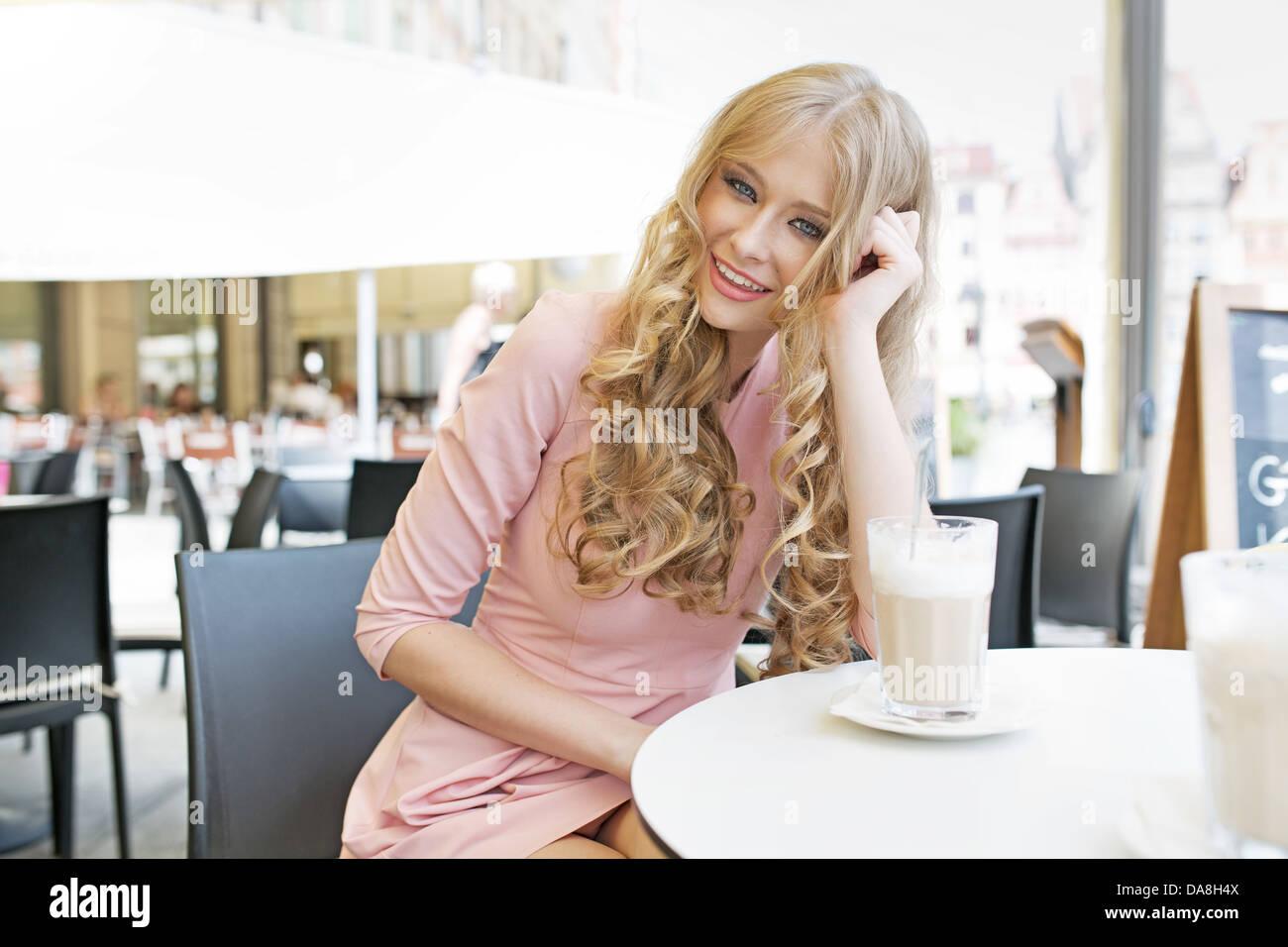 Jeune femme étonnante avec sourire tentateur Photo Stock