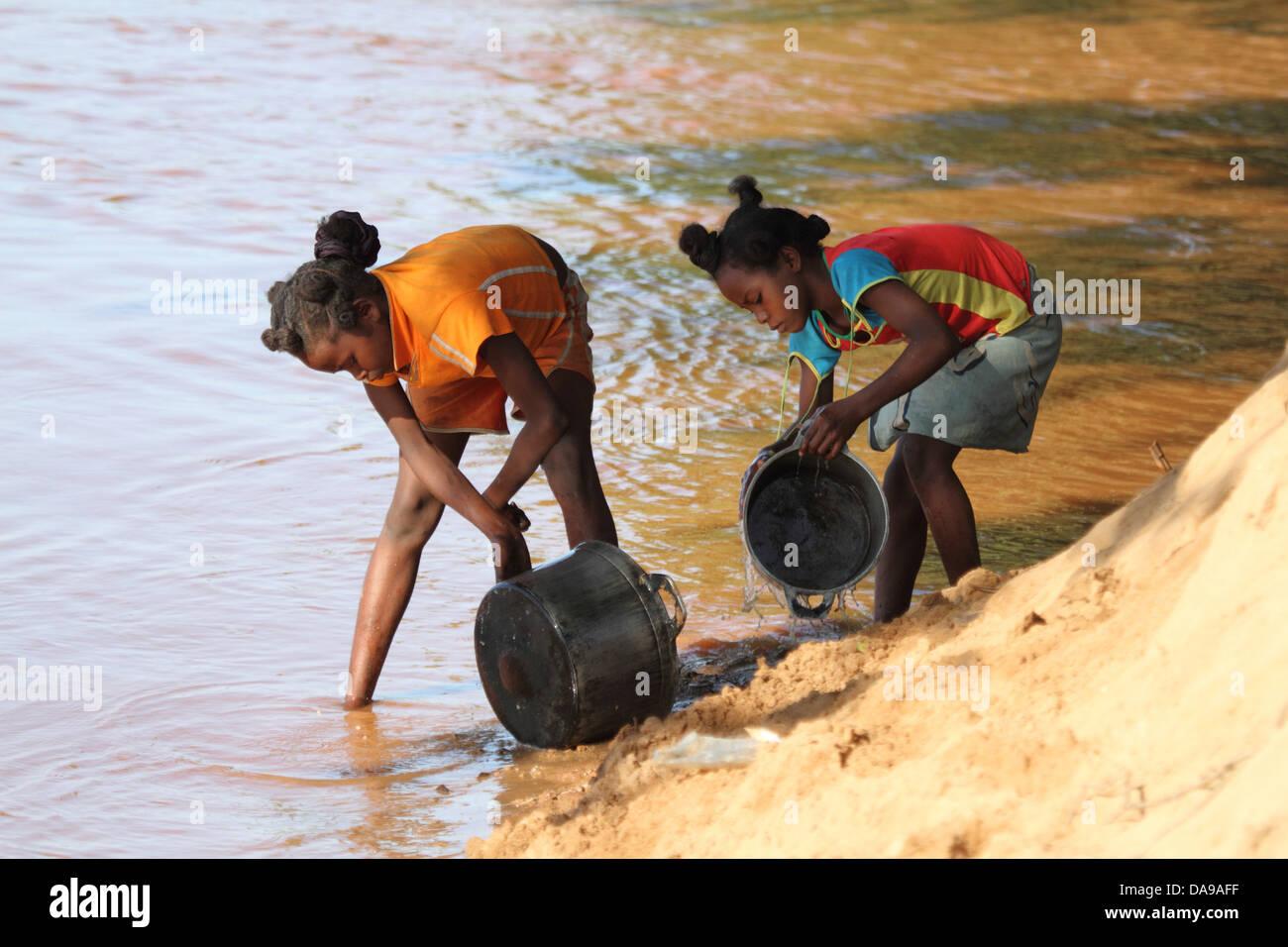 Fille, filles, locale, lave, pan, casseroles, vaisselle, ménage, ménage, piscine, en plein air, rivière, Photo Stock