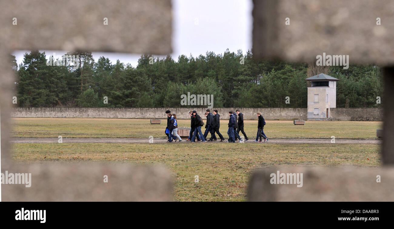 Un groupe de visiteurs est de marcher à travers la cour de l'ancien camp de concentration d Sachsenhausenon Photo Stock