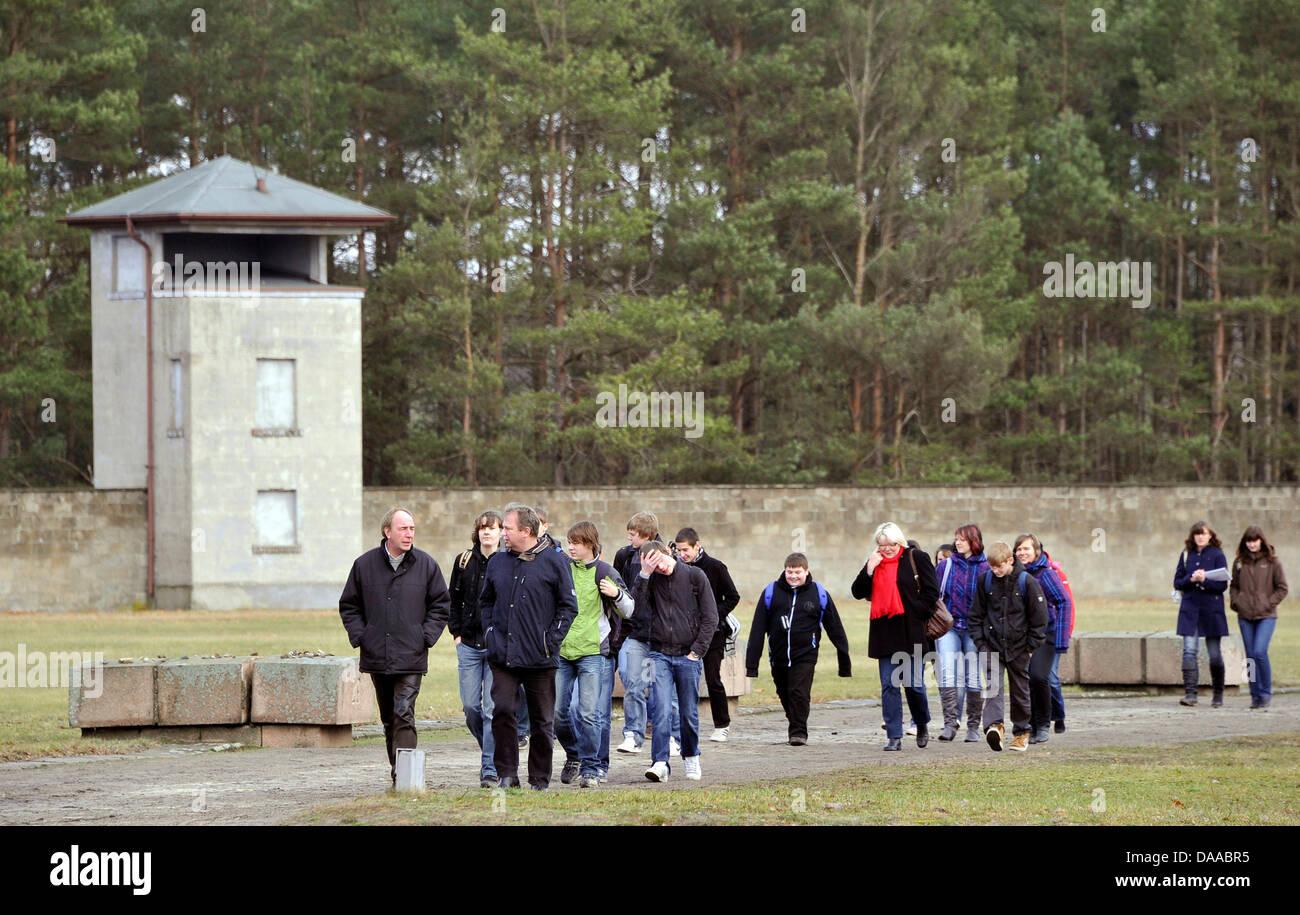 Un groupe de visiteurs est la marche à travers l'ancien camp de concentration d Sachsenhausenon le 19 janvier Photo Stock
