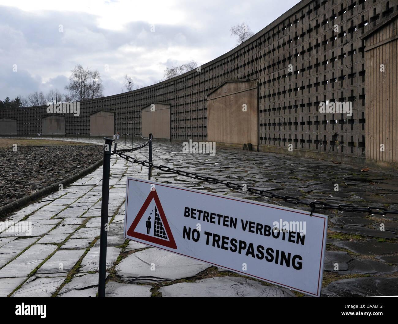 Un signe sur l'exercer dans l'ancien camp de concentration de Sachsenhausen met en garde les visiteurs de Photo Stock