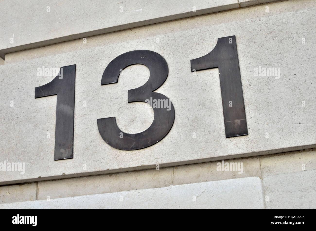 Le nombre 131 sur un mur Photo Stock