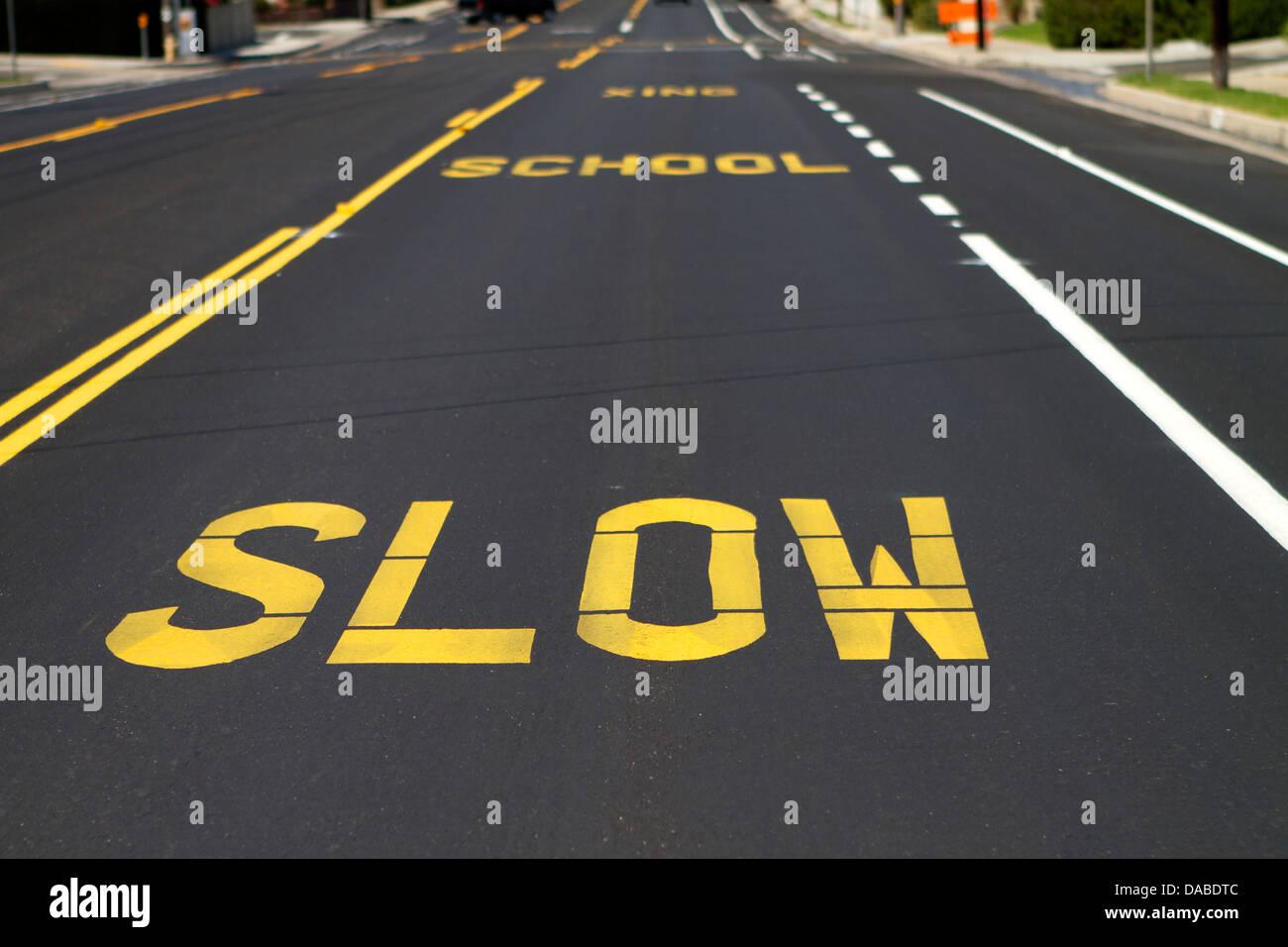 Le marquage routier à l'école des pilotes d'avertissement de passage en Amérique pour ralentir. Photo Stock