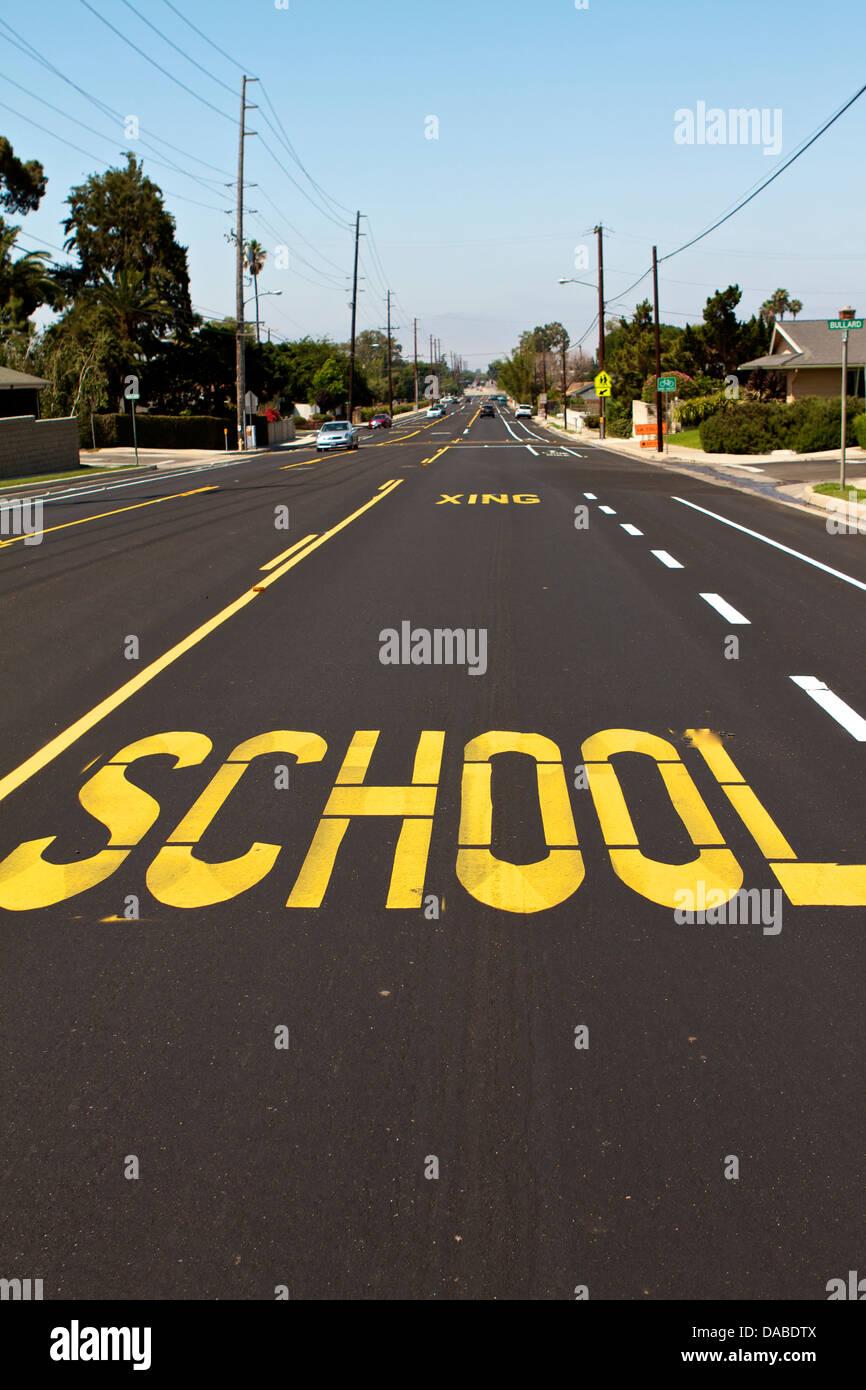 Le marquage routier à l'école des pilotes d'avertissement de passage en Amérique pour ralentir. Banque D'Images