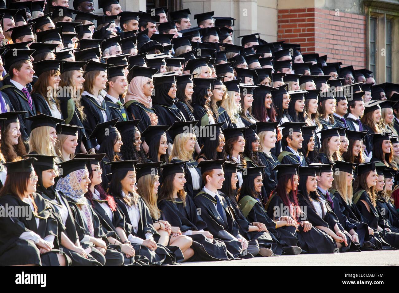 Les diplômés de l'Université de Birmingham, UK, posent pour la photo de leur diplôme sur Photo Stock