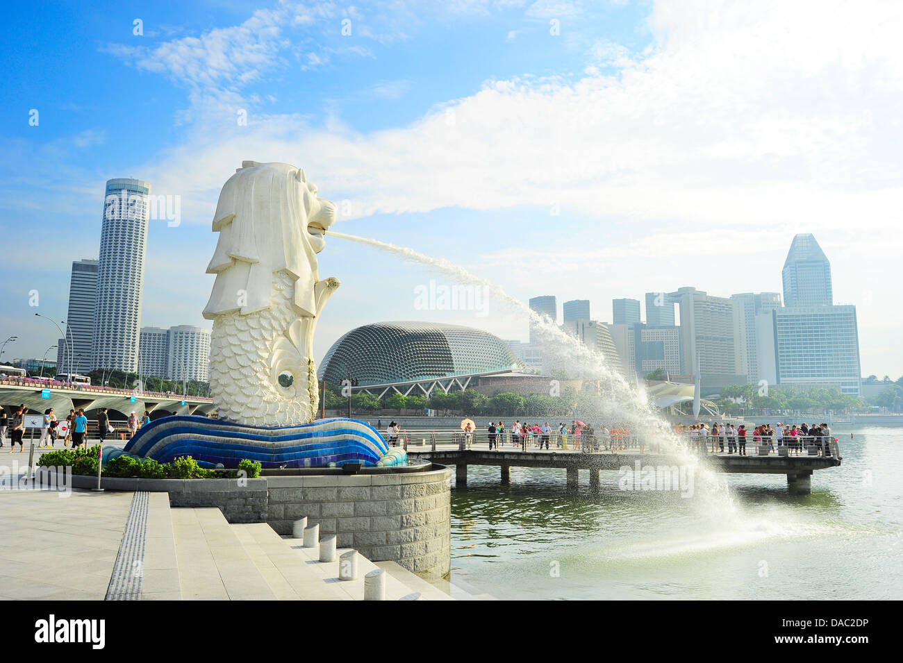Les touristes à la fontaine en face de Merlion Esplanade Theatres on the Bay à Singapour Banque D'Images