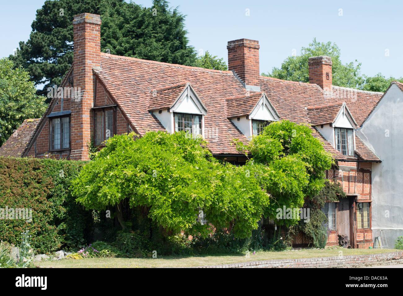 L Avant D Une Maison Ancienne En Partie Couverte Par Des Buissons