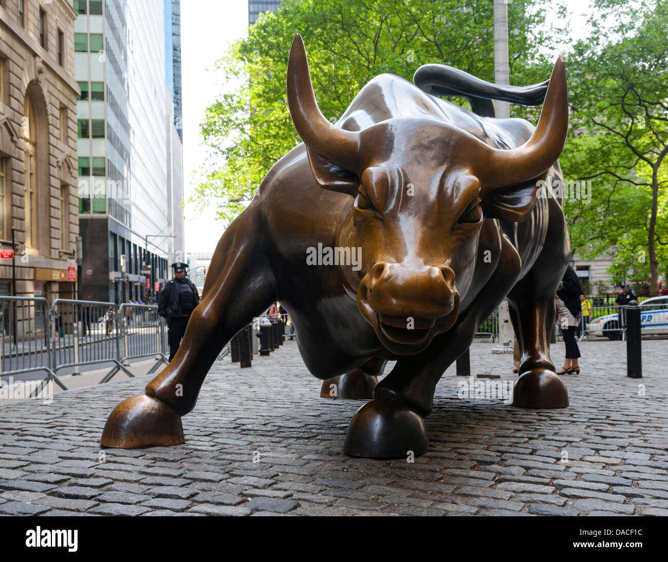 Bull charge par Arturo di Modica (Wall Street Bull), Manhattan, New York, USA Photo Stock
