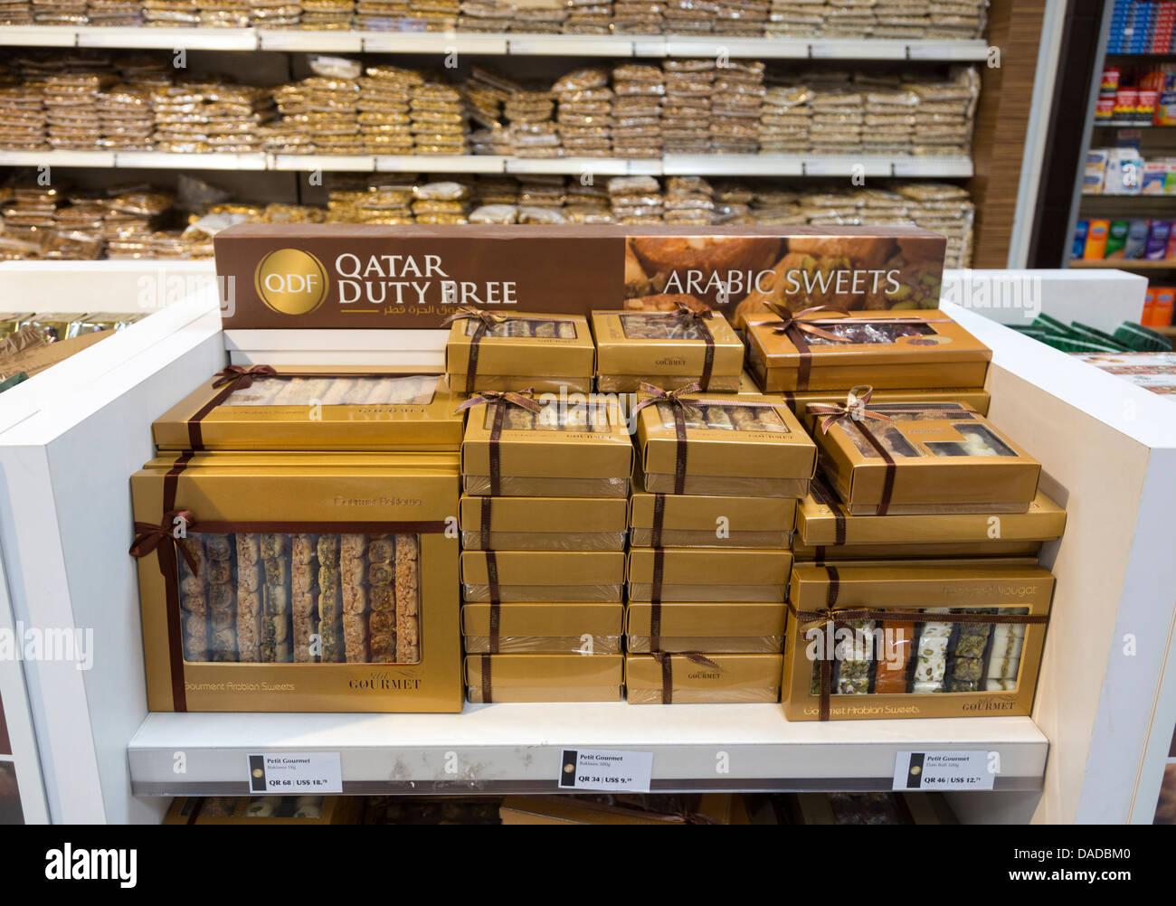 L'arabe à vendre des bonbons gourmet, boutiques, aéroport de Doha, Qatar Banque D'Images