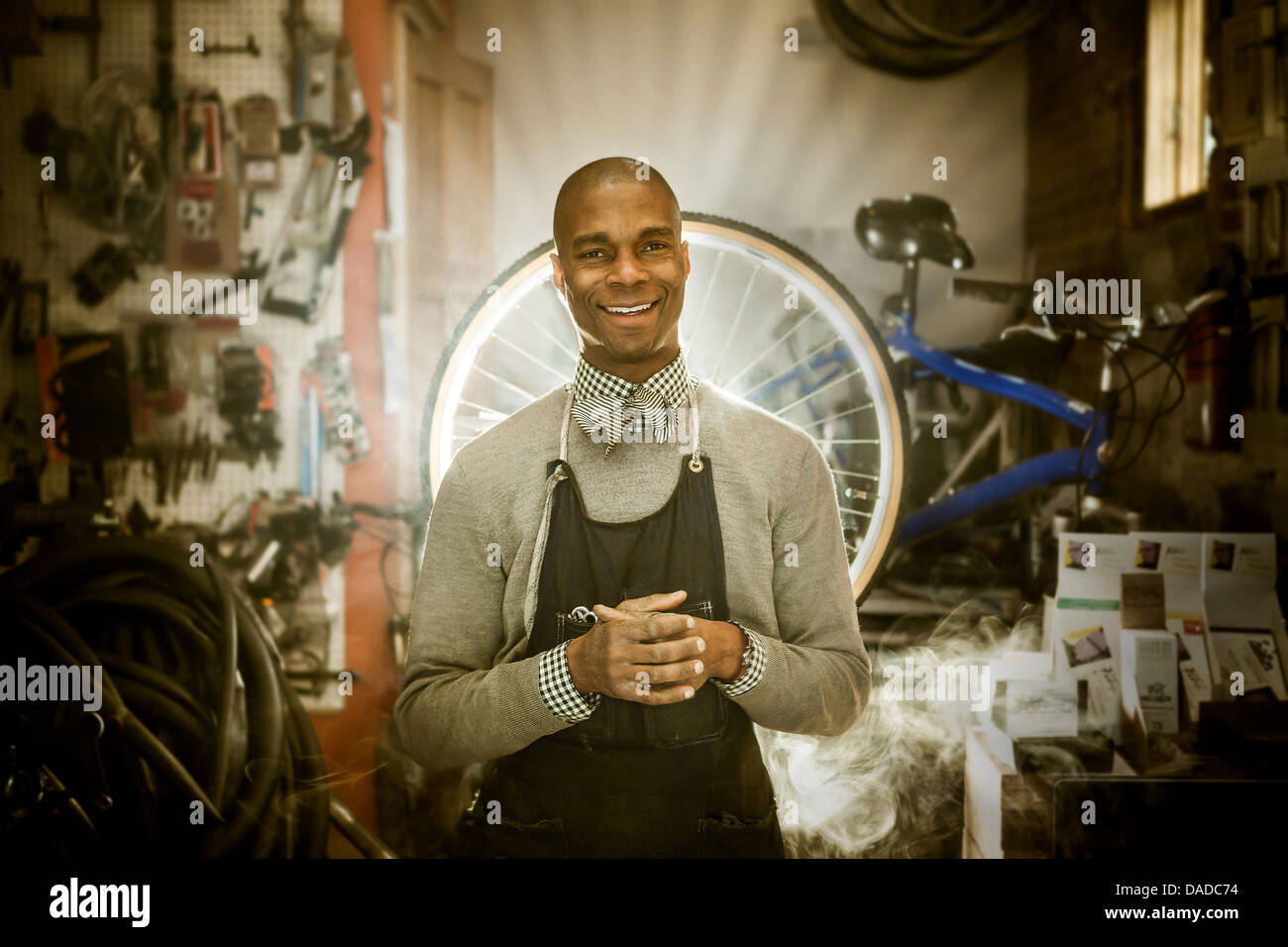 Mécanicien vélo contre fond de rayons de lumière céleste Photo Stock