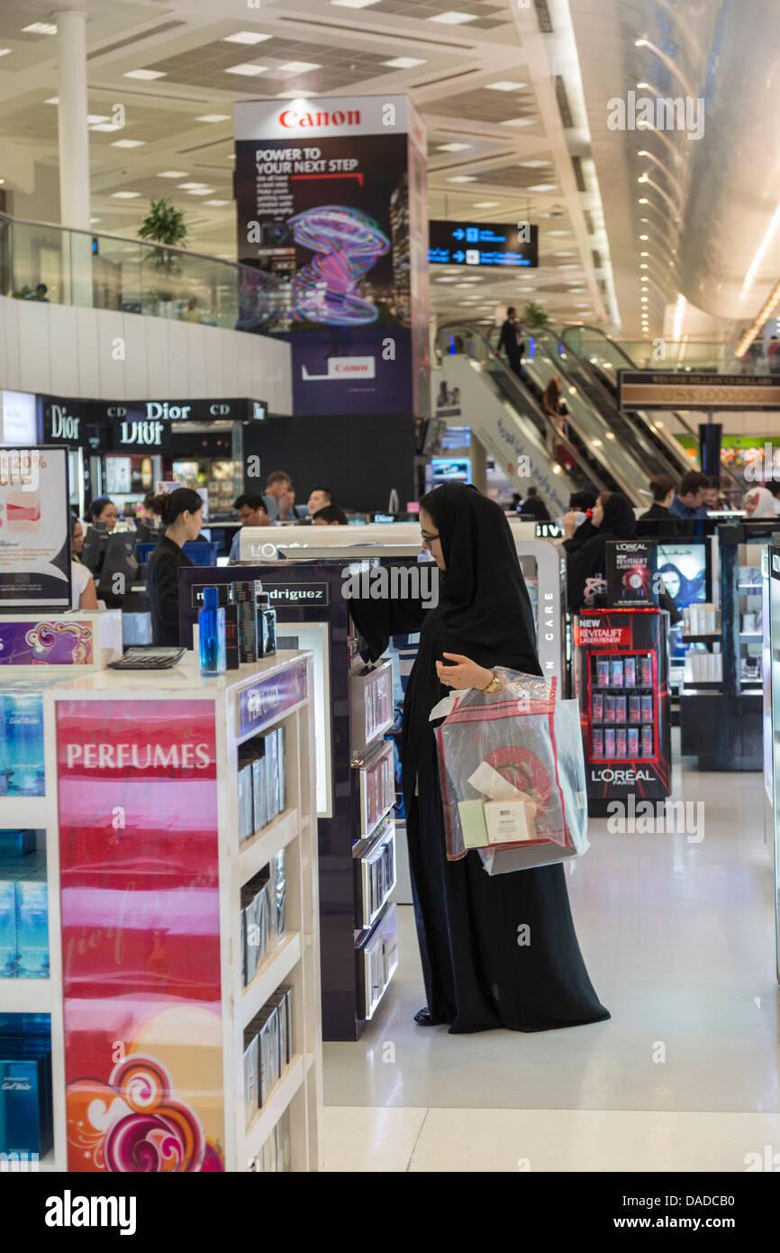 Femme arabe shopping pour le parfum, le duty free shop, aéroport de Doha, Qatar Banque D'Images