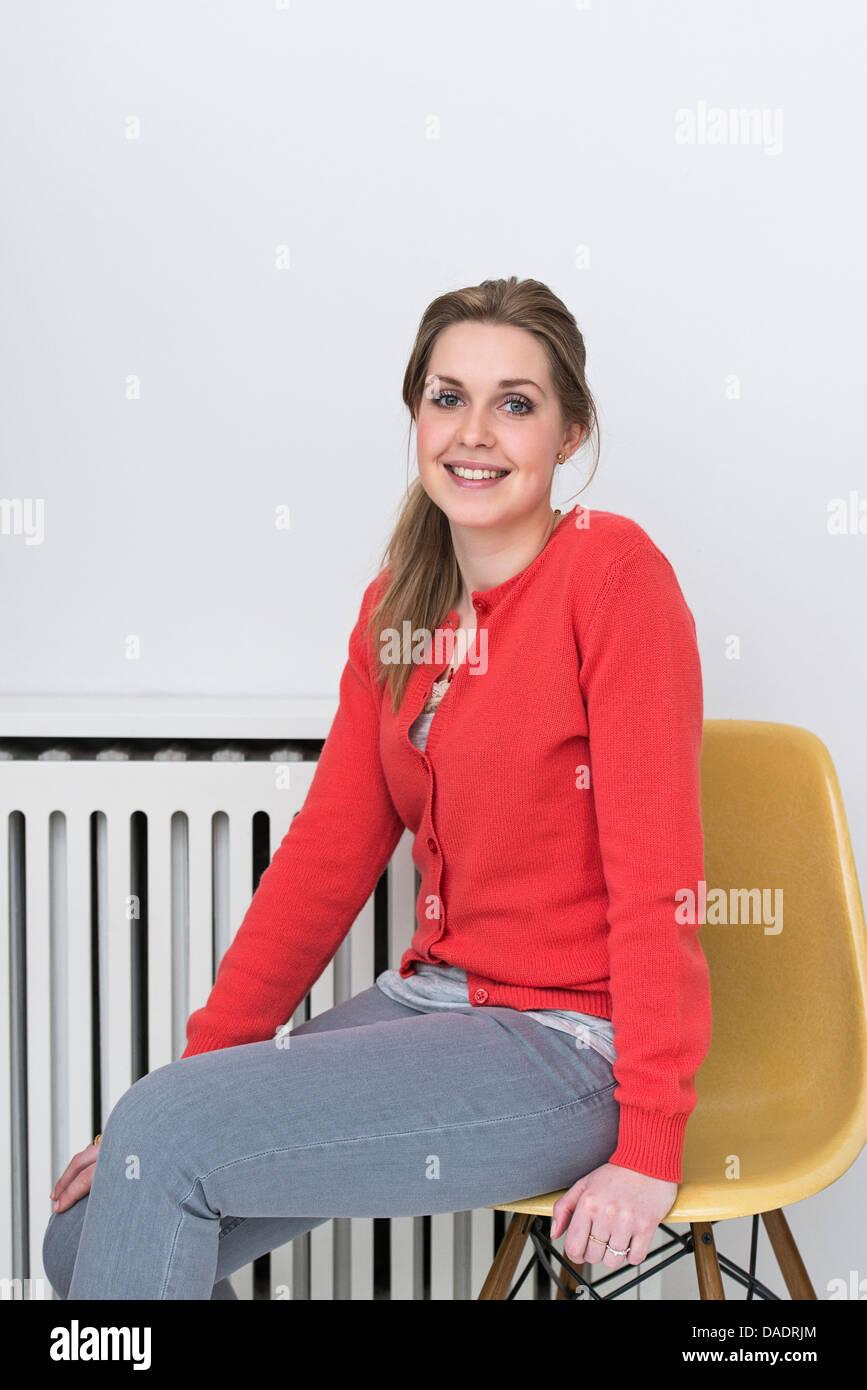 Portrait d'une jeune femme en rouge cardigan Photo Stock